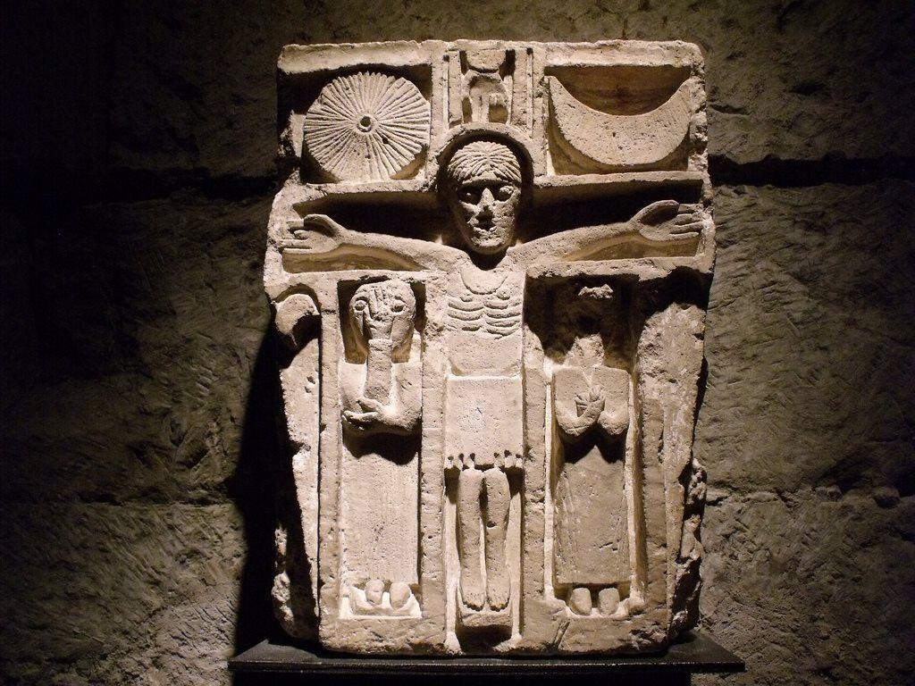 1100, Talla medieval de la crucifixión en el Priorato de Villars-les-Moines en la abadía de Cluny, Borgoña (Francia)