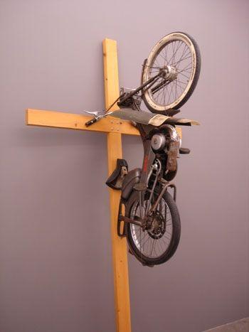 1987, Sin título (motocicleta crucificada) de Philippe Ramette