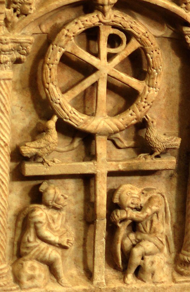 350, Detalle del sarcófago de Domatilla: representación simbólica de la crucifixión y la resurrección en el Museo Pío Cristiano (Roma)