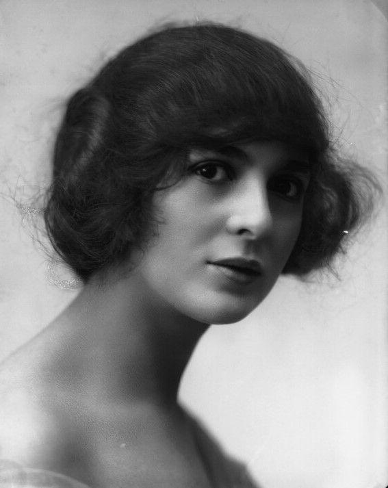 Ellas - Julia James, Inglaterra, 1890-1964