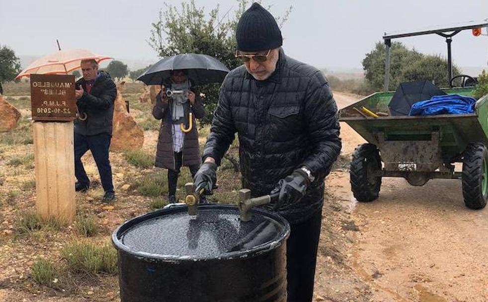 Cementerio de Morilla: Rolando Peña 'El Príncipe Negro' entierra un barril de crudo. Noviembre de 2018.