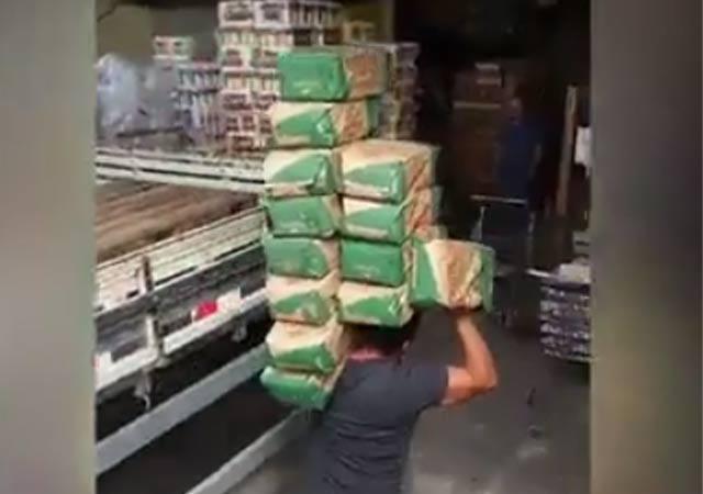 Cargando sacos de cemento