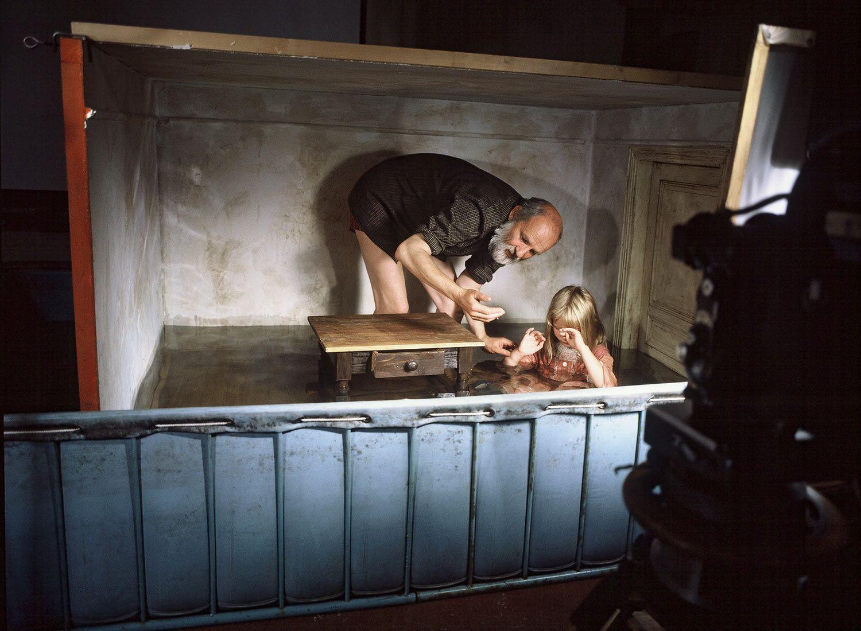 Alice house and baby scene de Jan Svankmajer