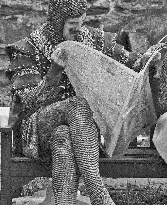John Cleese durante un descanso en el set de rodaje de «Monty Phyton y el Santo Grial» (Terry Gilliam y Terry Jones, 1975)