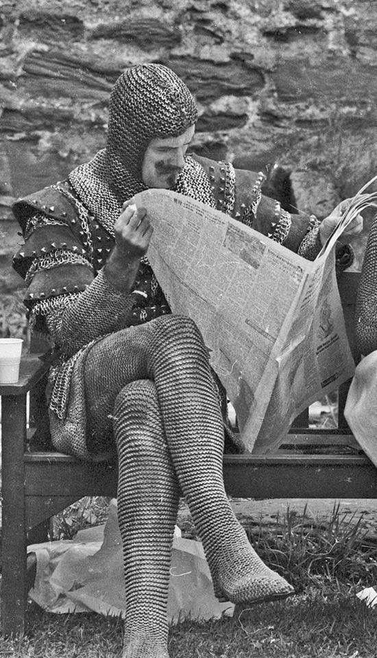 """John Cleese durante un descanso en el set de rodaje de """"Monty Phyton y el Santo Grial"""" (Terry Gilliam y Terry Jones, 1975)"""