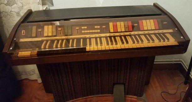 Órgano Hammond modelo Piper-37